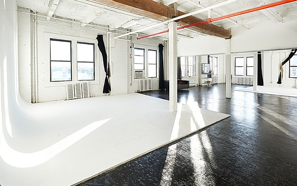 Long Island City Bright 1800 sq ft Cyc Studio w/ Roof Access