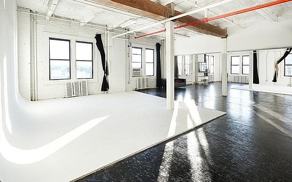 Long Island City Bright 1800 sq ft Cyc Studio w/ Roof Access